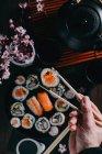 Sushis servis sur table en bois — Photo de stock
