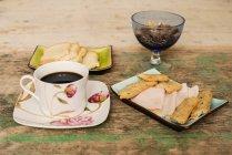 Mesa com café e pequeno-almoço comida — Fotografia de Stock