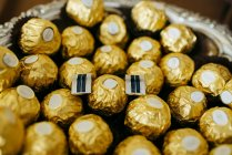 Close-up Bonbons in golden wrap — Stockfoto