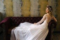 Елегантної жінки в квітковий вінок і плаття — стокове фото