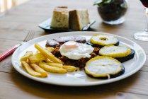 Piatto appetitoso con patatine fritte — Foto stock