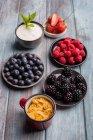 Frutas, iogurte e cereais — Fotografia de Stock