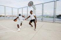 Чёрные мужчины играют в баскетбол — стоковое фото
