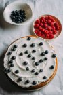 Beeren-Kuchen mit Joghurt Glasur vorbereiten — Stockfoto