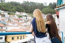 Дві дівчини, дивлячись на міський пейзаж — стокове фото