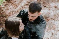 Мужчина обнимает женщину сзади в парке — стоковое фото