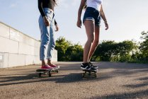 Adolescenti che guidano skateboard — Foto stock