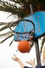 Niedrigen Winkel Ansicht des Basketballs fallen durch Reifen — Stockfoto