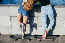 Задній вид дівчата на ковзанах — стокове фото