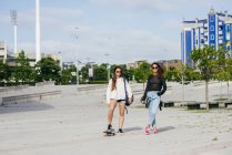 Moda niñas en patines - foto de stock