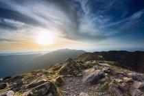 Montagne paesaggio sopra il tramonto nuvoloso — Foto stock