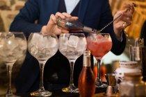 Barmann bereitet Cocktails in Kneipe zu — Stockfoto