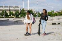 Ragazze alla moda su skateboard — Foto stock