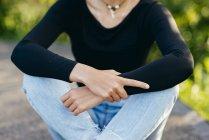 Adolescente na moda em roupas elegantes — Fotografia de Stock