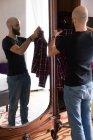 Homem escolhendo roupas — Fotografia de Stock