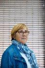 Femme mûre dans des lunettes — Photo de stock