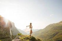 Vue latérale du jeune Sgrena brune contre du paysage de montagne en plein soleil — Photo de stock