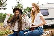 Ragazze divertirsi con giocare ukulele — Foto stock