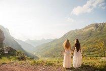 Дві дівчинки, обіймати над знімає захід сонця — стокове фото