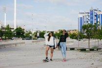 Модні дівчини на скейтборд — стокове фото