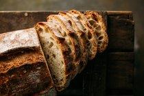 Pagnotta di pane rustico su oscurità — Foto stock