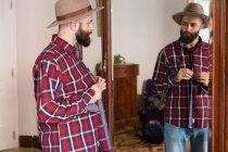Молодые мужчины, пытаются на рубашку — стоковое фото