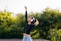 Alegre feliz adolescente em fones de ouvido — Fotografia de Stock