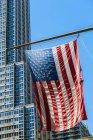 Rascacielos y la bandera de Estados Unidos - foto de stock