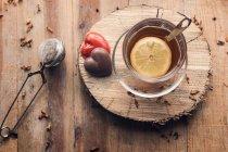 Chá com limão e chocolate corações vermelhos — Fotografia de Stock