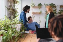 Portrait des collègues parler au lieu de travail au bureau — Photo de stock