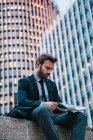 Empresário segurando um jornal — Fotografia de Stock