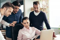 Empresária, comunicando-se com os colegas no local de trabalho no escritório moderno — Fotografia de Stock