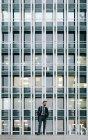 Empresário em um distrito financeiro — Fotografia de Stock