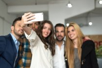 Office-Team tun Selfie auf Smartphone-Kamera — Stockfoto