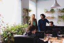 Офис работников, общающихся на рабочем месте — стоковое фото