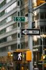 Ampel und Beschilderung in New York — Stockfoto