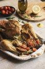 Pollo arrosto servito nella tabella — Foto stock
