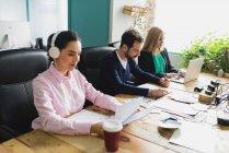 Ritratto di lavoratori seduti sul posto di lavoro — Foto stock