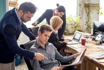 Szene von Geschäftsleuten diskutieren Job im trendigen Büro — Stockfoto