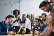Niedrigen Winkel Blick auf Menschen, die trinken Bier im Büro beim teambuilding — Stockfoto