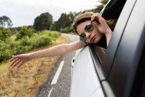 Милі дівчата позують вікна автомобіля — стокове фото