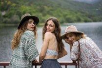 Alegres amigas posando en el puente - foto de stock