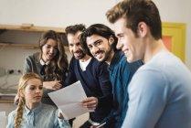 Gruppe von fröhlichen Geschäftsleute in trendigen Büro — Stockfoto