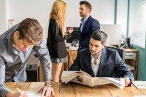 Scena di lavoro della gente di affari in ufficio alla moda — Foto stock