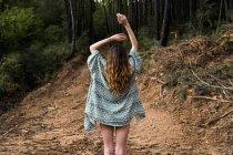 Vista trasera de chica hipster en el bosque - foto de stock
