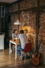 Junges Paar frühstückt — Stockfoto