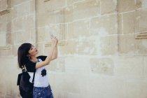 Девушка берет selfie с памятником архитектуры — стоковое фото