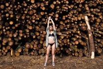 Mulher de lingerie preta com mãos ao alto — Fotografia de Stock