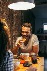 Junges Paar frühstücken — Stockfoto