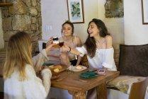 Niñas cenando en casa - foto de stock